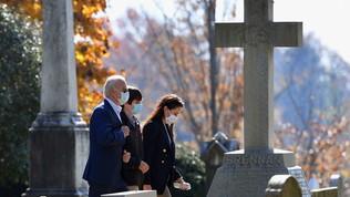 Usa, Joe Biden visita le tombedella prima moglie e deiduefigli