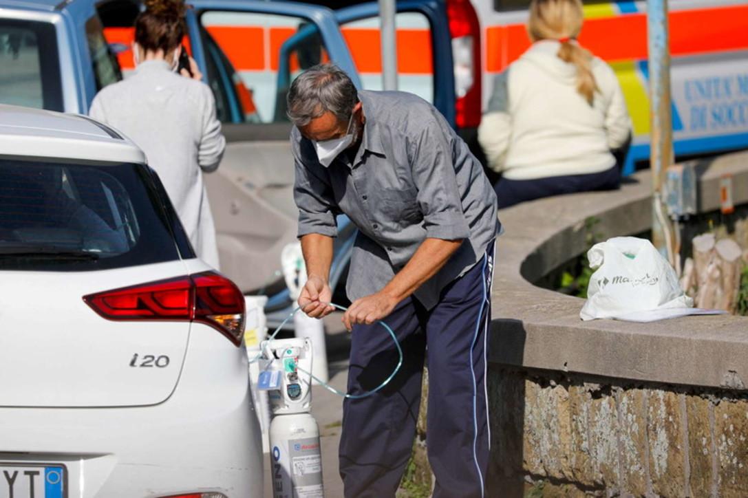 Coronavirus, code ai Pronto soccorso di Napoli: ai pazienti in attesa viene erogato ossigeno in auto