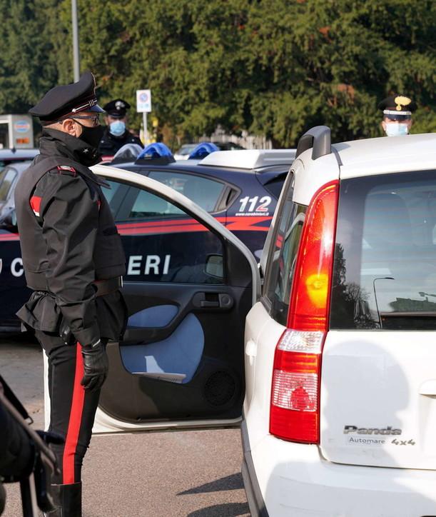 Milano, posto di blocco dei carabinieri in zona Palestro