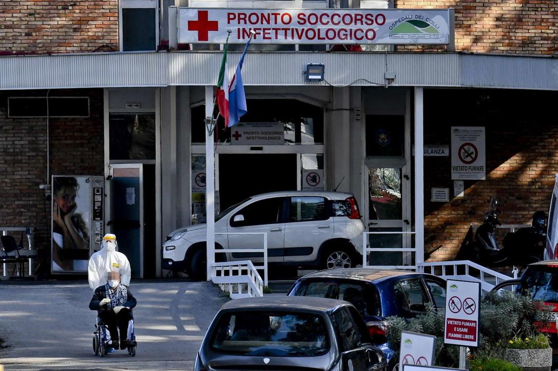 """Napoli, ospedale Cotugno """"assaltato"""": coda di auto, pre-triage fatto in strada"""