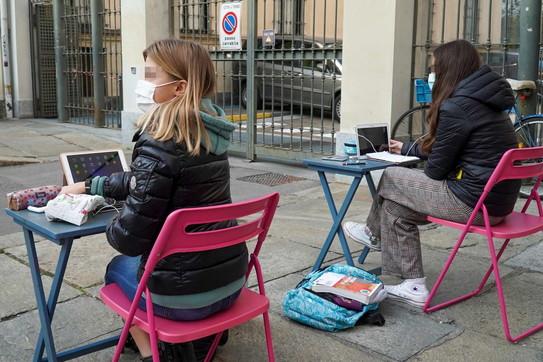 """""""La Dad non è scuola"""": alunni protestano studiandoin strada a Torino"""
