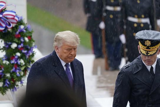 Prima apparizione pubblica di Trumpdopo le elezioni: senza mascherina e con umore nerissimo