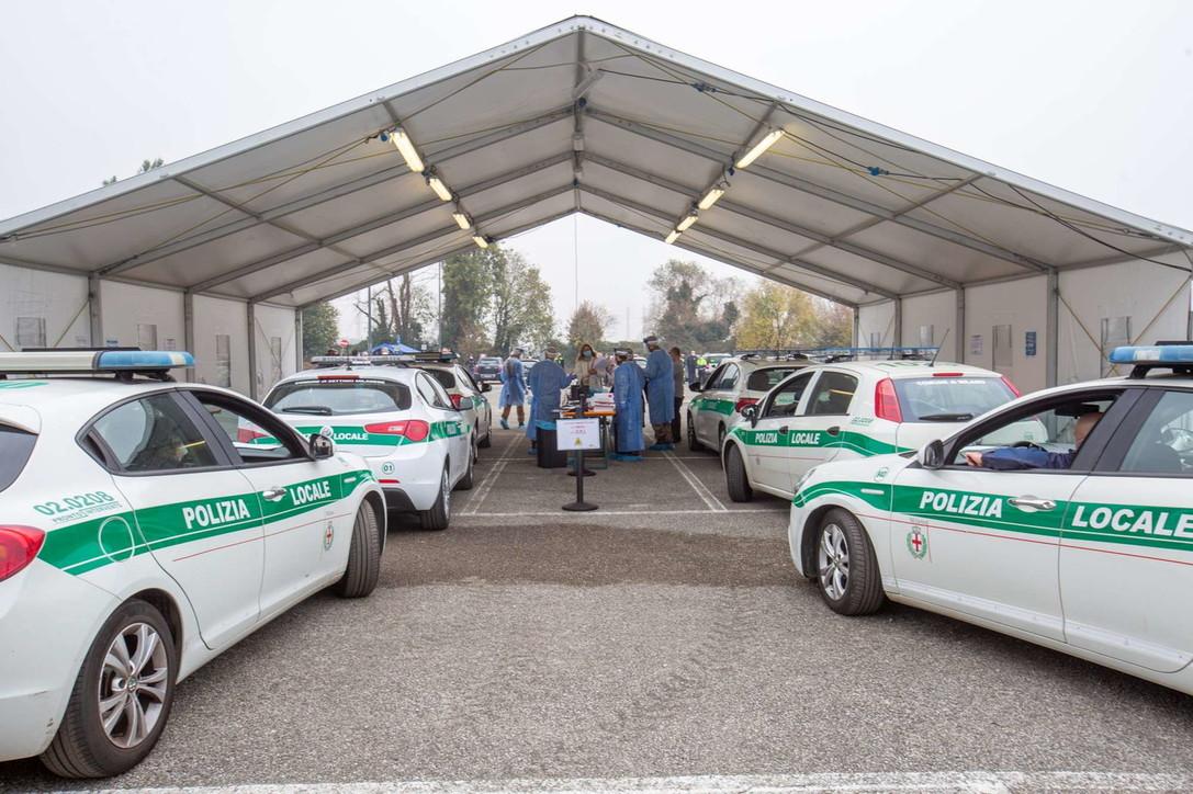 """Covid, a Milano il """"drive-through"""" più grande d'Italia: allestito dall'esercito, permetterà di fare 500 tamponi al giorno"""