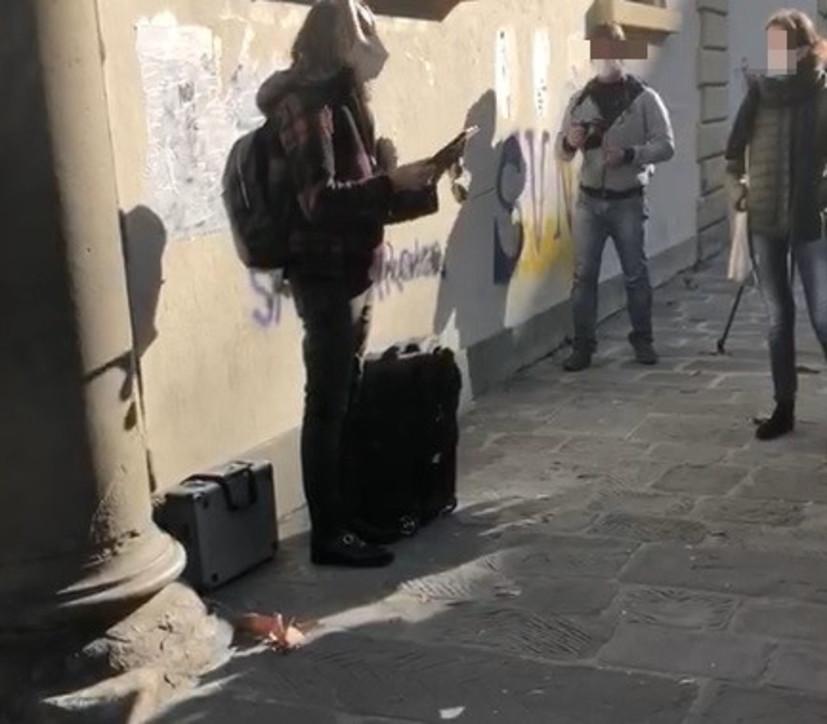 Scuola, contro la Dad si fa lezione in presenza davanti al portone del liceoa Firenze e Faenza