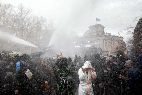 Coronavirus, a Berlino tensione alla manifestazione contro le restrizioni