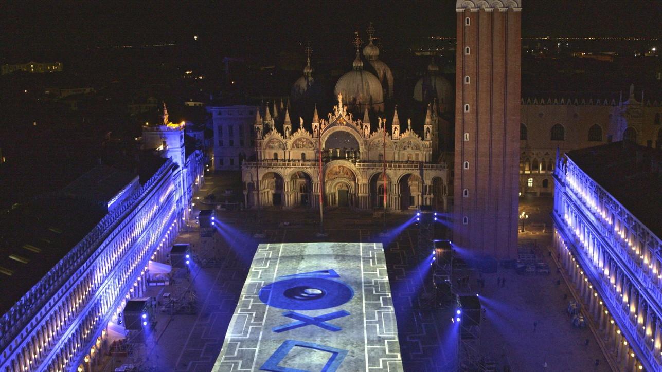 PlayStation 5 colora Venezia: le foto dei giochi di luci su Piazza San Marco