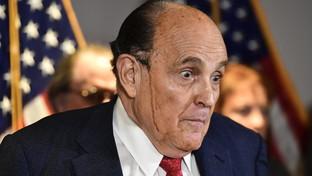 Usa, Rudolph Giuliani suda e sul viso cola la tinta dei capelli: social scatenati