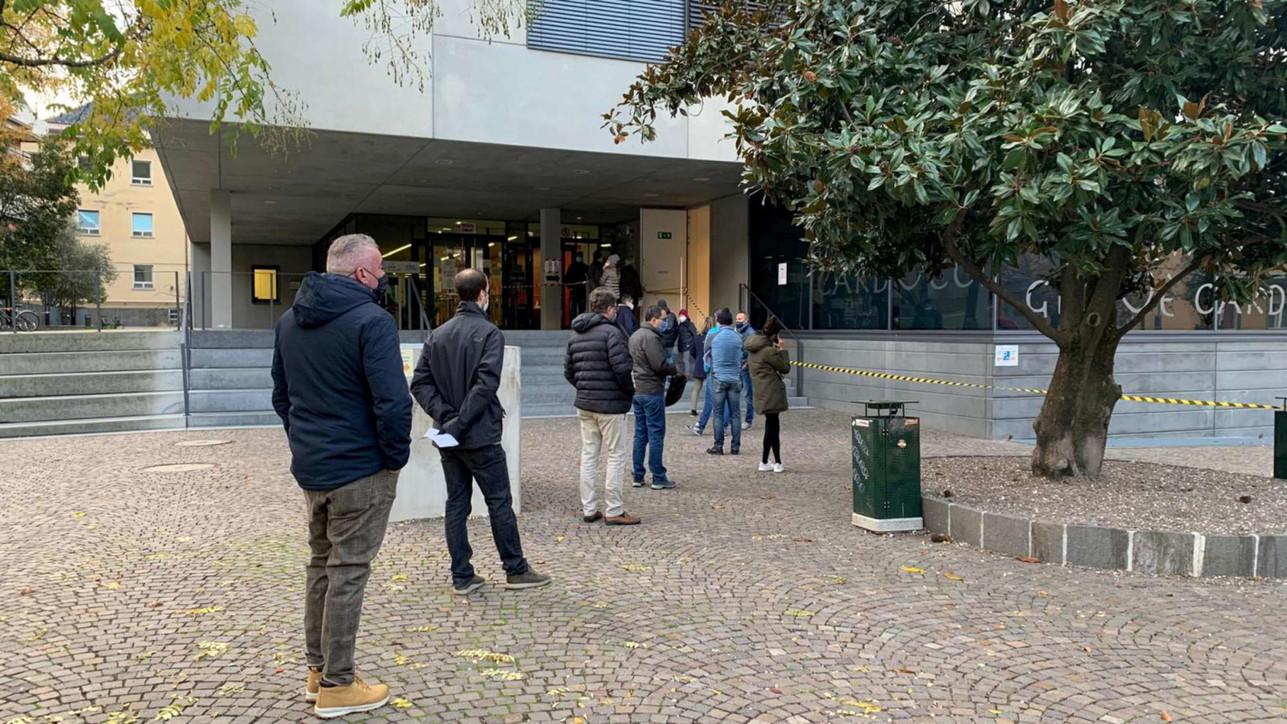 Covid a Bolzano, lunghe code per lo screening di massa