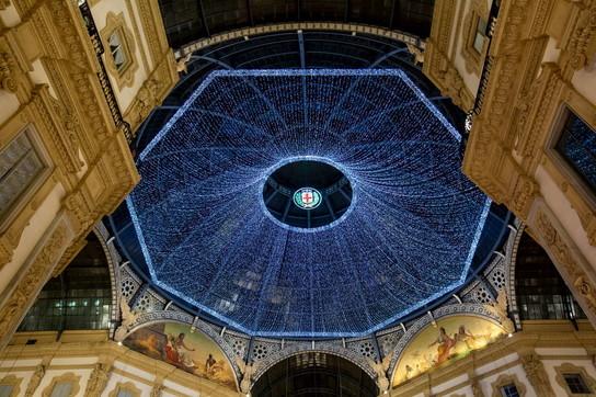 A Milano si accendono le luci di Natale in galleria
