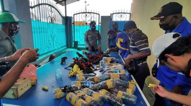 Indonesia, scoperto traffico illegale di pappagalli: gli animali erano rinchiusi in bottigliette di plastica