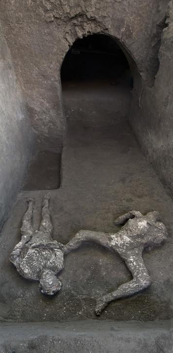 Pompei, ritrovati i corpi integri di due fuggiaschi: un uomo con il mantello e il suo schiavo