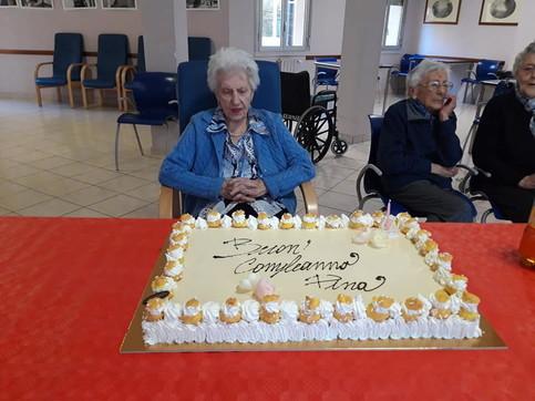 Nell'Astigiano centenaria festeggiata in rsa Covid free