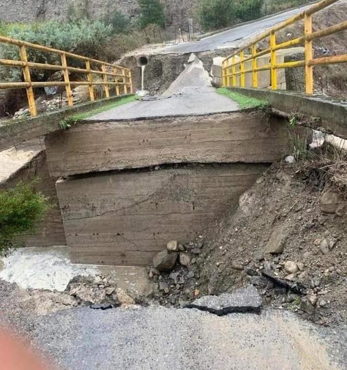 Maltempo, crolla ponte nel Crotonese: nessun ferito
