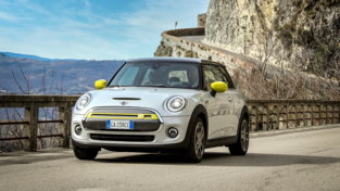 MINI Cooper SE, giallo che illumina