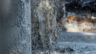 Fiumicino (Roma), geyser di fango e gas mette a rischio un viadotto