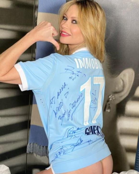 Forza Lazio e mostra il fondoschiena: Anna Falchi scatenata