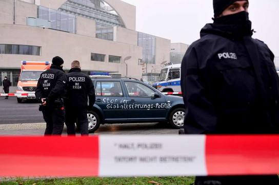 Un'auto si schianta contro la recinzione della Cancelleria di Berlino