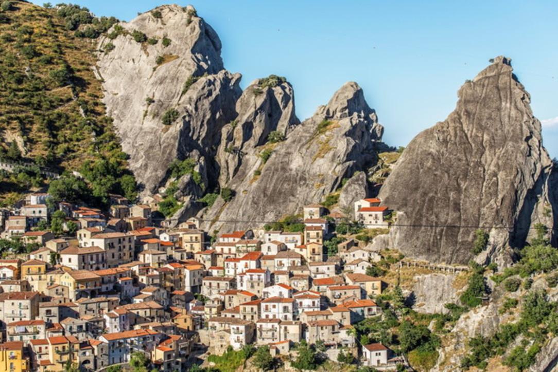 Dieci città vi aspettano, avvinghiate alle rocce