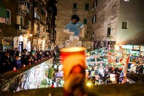 A Napoli lumini davanti al murale nei Quartieri Spagnoli