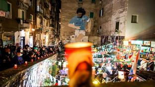 Morte Maradona, a Napoli lumini davanti al murale dedicato al campione nei Quartieri Spagnoli