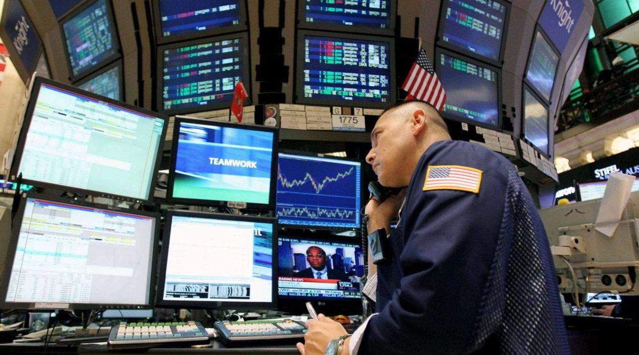 Borsa, Wall Street chiude contrastata: Dow Jones -0,58%, Nasdaq +0,48%