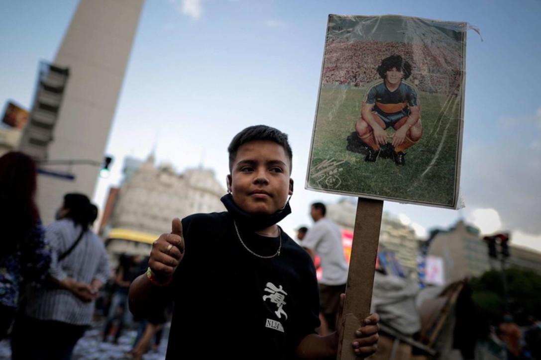 Morte Maradona, commozione e veglie funebri nelle strade in Argentina