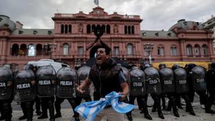 Maradona, folla e canti per l'arrivo del feretro a Buenos Aires