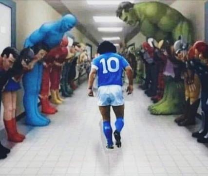 Addio a Maradona, i migliori meme che circolano sui social