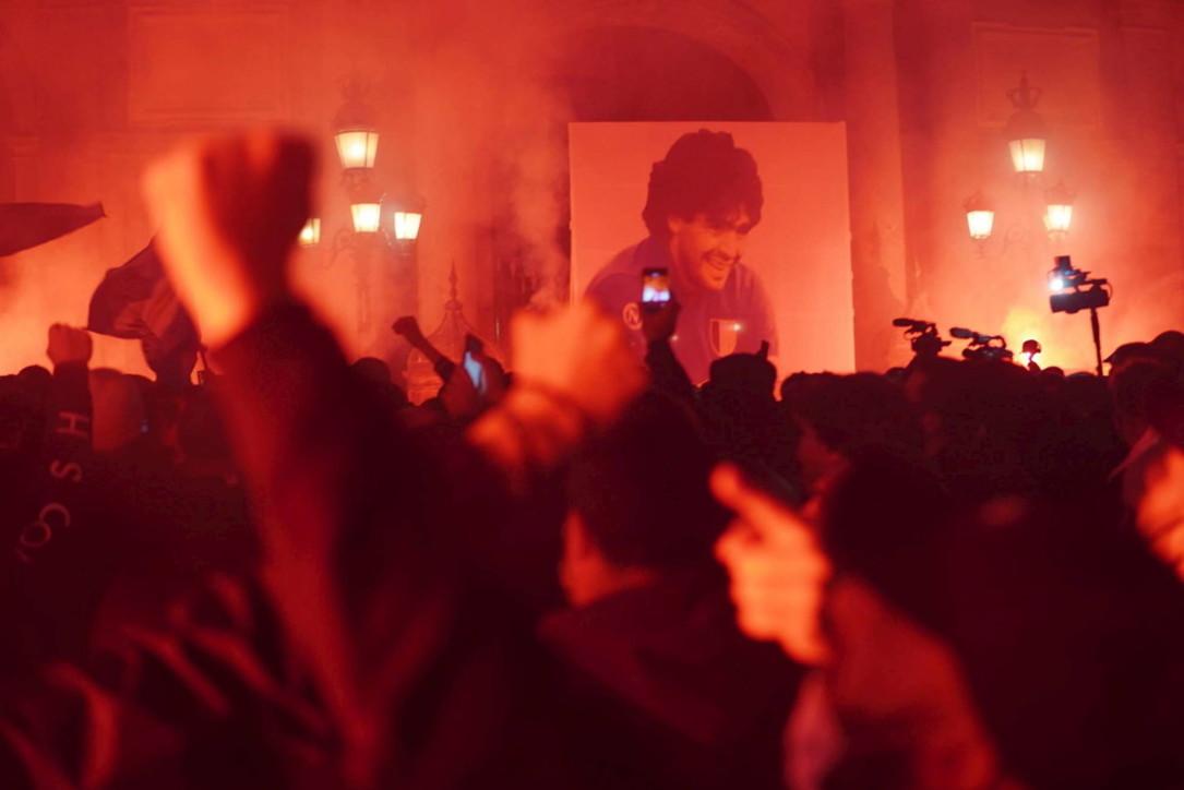 Maradona, corteo a Napoli: a migliaia in Piazza del Plebiscito