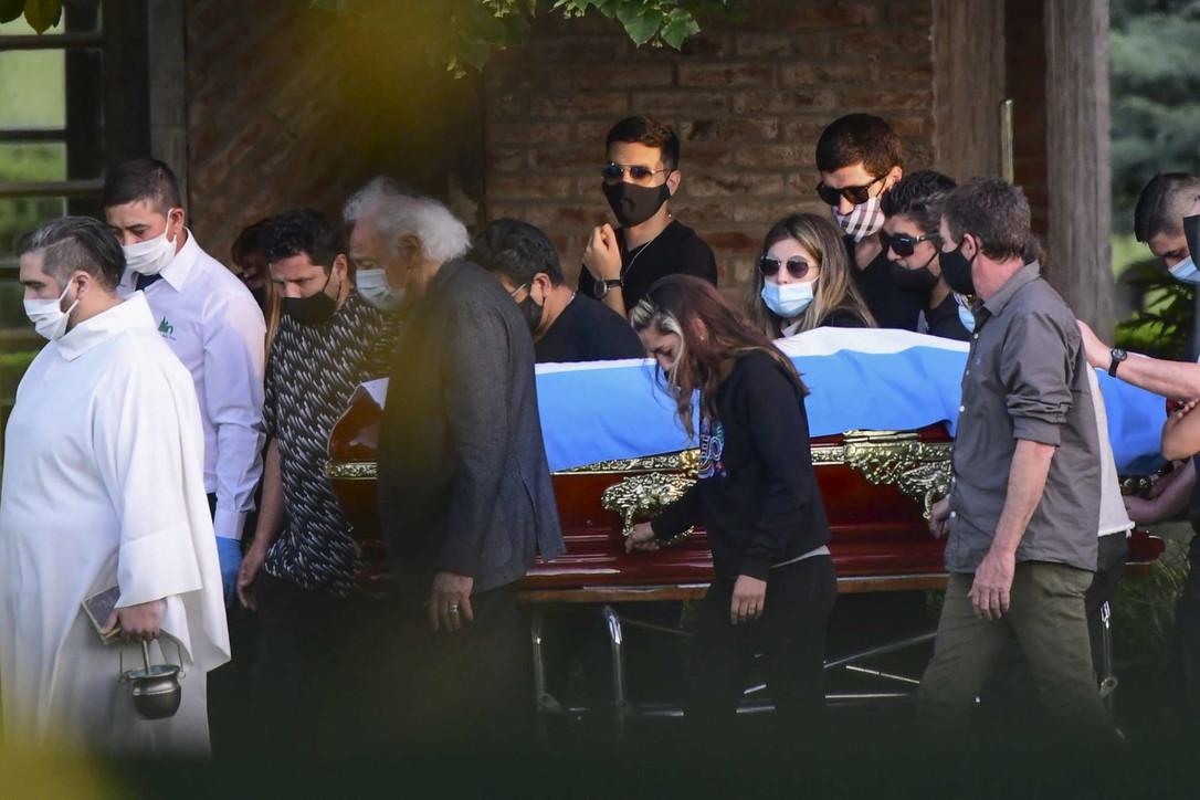 Addio a Maradona, il corteo funebre raggiunge il cimitero