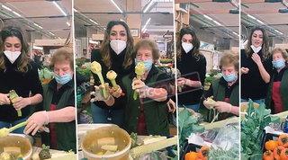 Elisa Isoardi fa la carciofara al mercato con la zia
