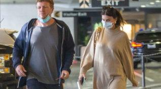 Emily Ratajkowski a passeggio con il marito mostra il pancione