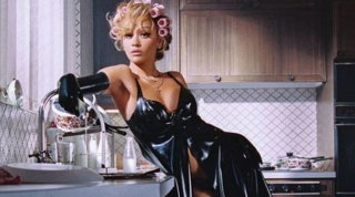"Shooting hot di Rita Ora per i suoi 30 anni: ""Donne comportiamoci da boss"""