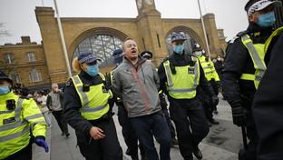 Londra, manifestazione contro il lockdown: scontri con la polizia e arresti