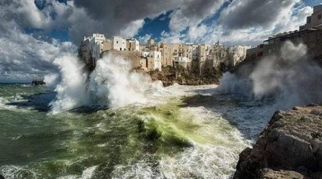 Il mare di Polignano nella foto vincitrice del concorsoWikiloves monuments, Nick Abbrey l'autore dello scatto