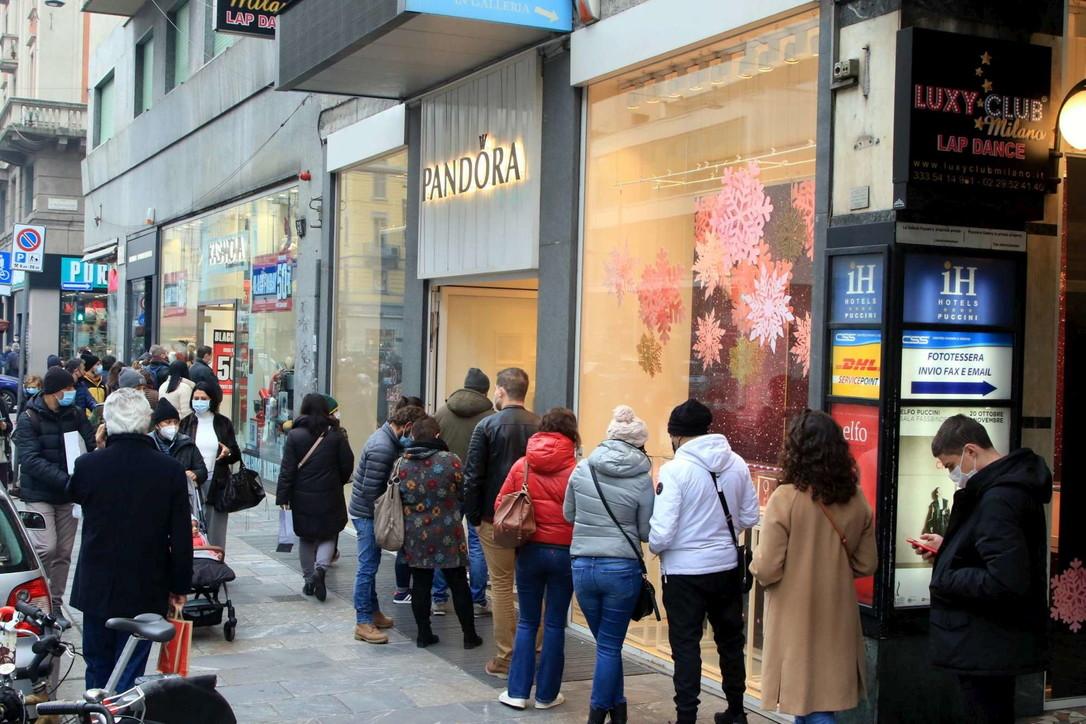 """Primo weekend di negozi aperti dopo il """"lockdown"""": polemiche per assembramenti"""