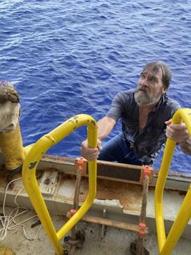 Usa, la sua barca affonda e lui resta aggrappato allo scafo per 48 ore: salvato