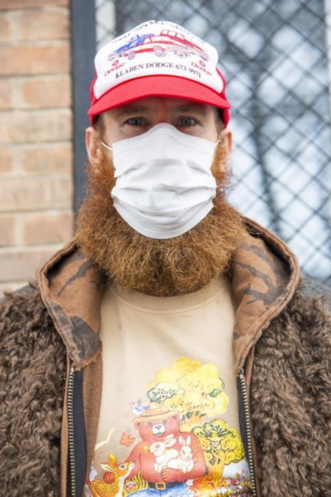 Uomo, barba e mascherina: come gestirle e farle convivere in 3 step