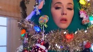 Katy Perry si addobba per le feste: eccola vestita da albero di Natale