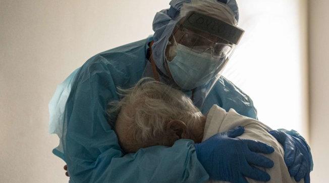 """Il commovente abbraccio tra medico e paziente in lacrime nel reparto Covid: """"Voglio mia moglie"""""""