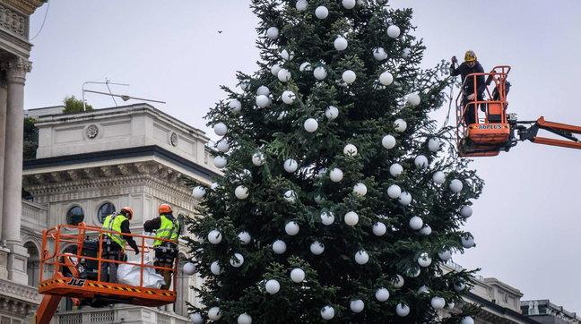 Milano, ecco l'albero di Natale in Duomo Foto