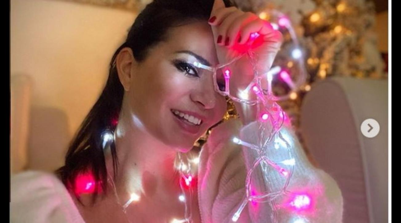Laura Torrisi si illumina di rosa per le feste natalizie