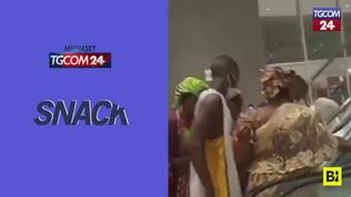 In Camerun apre mega centro commerciale, ecco cosa succede sulle scale mobili
