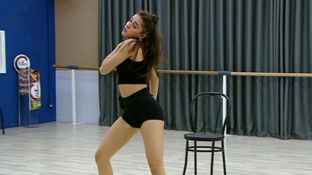 """""""Amici"""", Giulia alle prese con una coreografia sexy"""