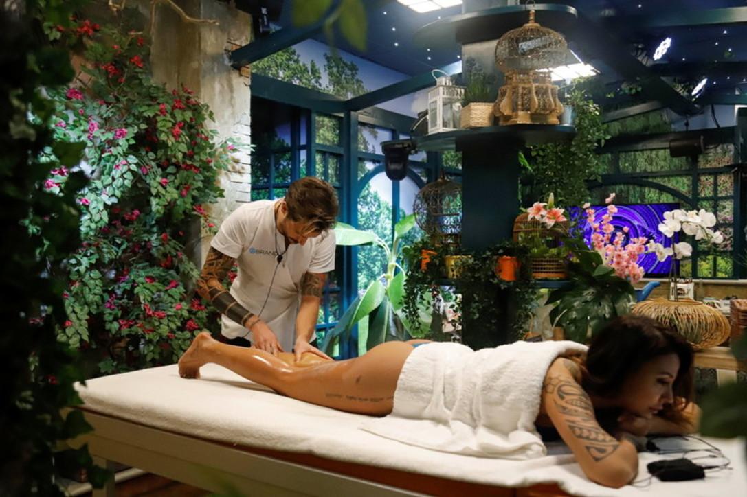 """""""Grande Fratello Vip 5"""": Selvaggia sotto le mani di Andrea Zelletta, massaggiatore per un giorno"""
