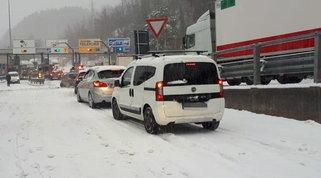 Neve in Liguria, A7 bloccata: polemica Toti-Aspi | Fiocchi anche in Piemonte: Torino innevata - Foto