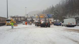 Neve in Liguria, Tir e auto bloccati sulla A7