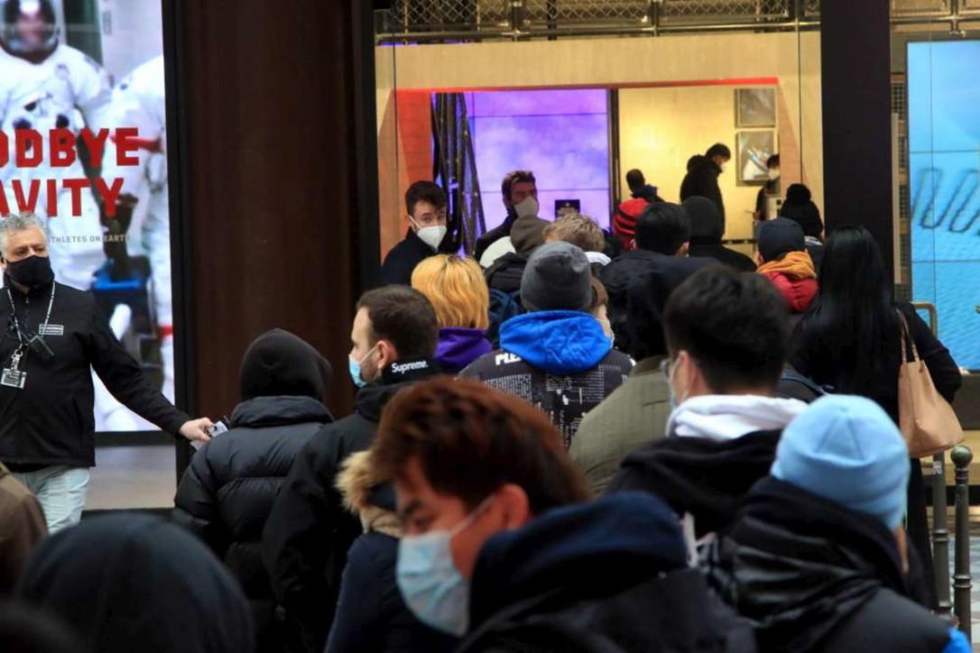 Coronavirus, a Milano si ripopolano le vie dello shopping per i regali di Natale: code davanti ai negozi