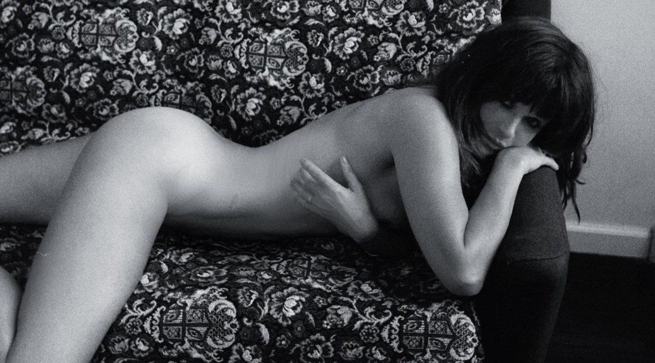Helena Christensen più bollente che mai, tutta nuda sul divano