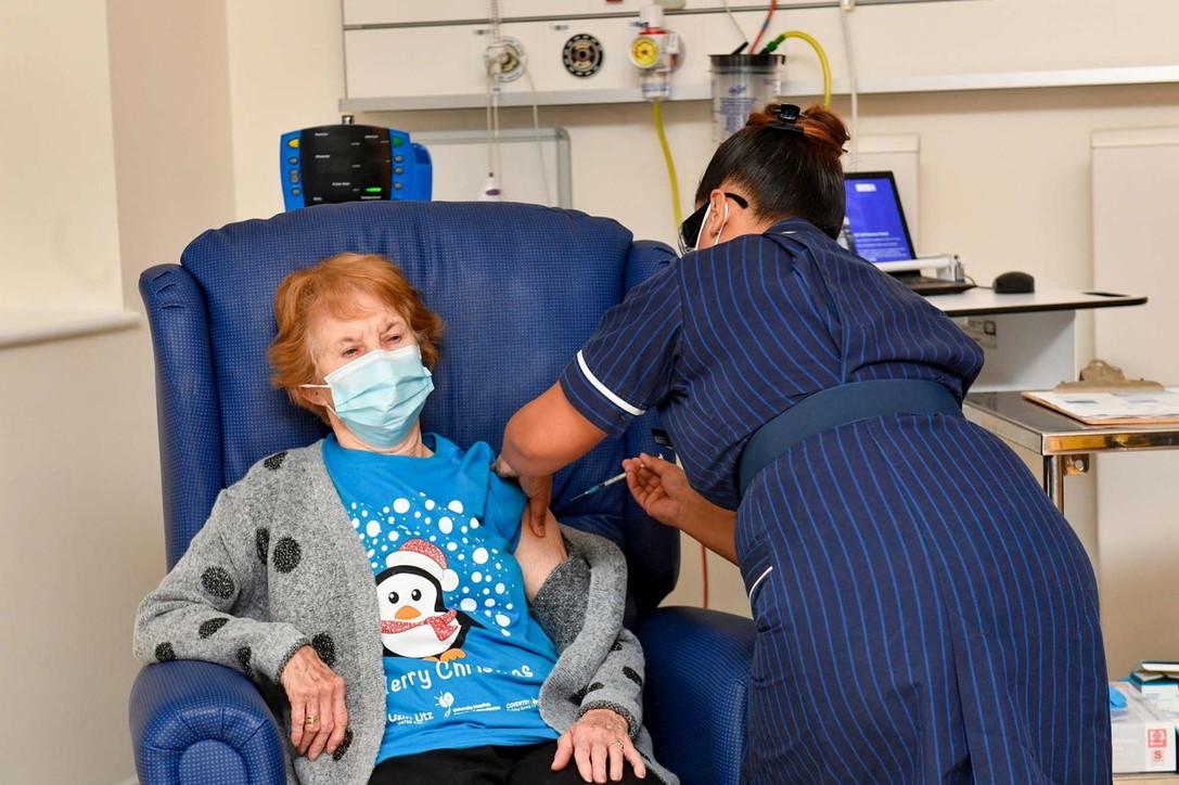 Covid,la novantenne Margaret Keenan di Enniskillenprima vaccinata in Gb